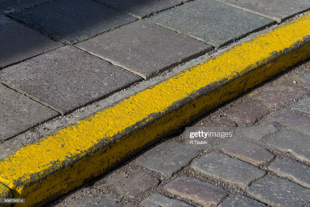 Yellow curb stone border : Stock-Foto
