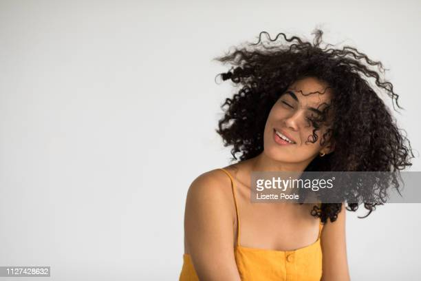 yellow dress - cheveux naturels photos et images de collection