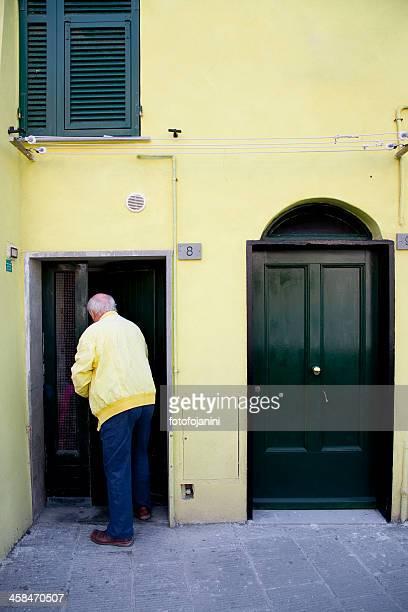 黄色の正面玄関 - fotofojanini ストックフォトと画像