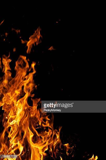 Hoguera amarillo llamas de fuego en fondo negro con espacio de copia