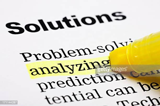 Gelbe Textmarker marks'analyzing'Rubrik'Solutions'auf der bedruckten Seite