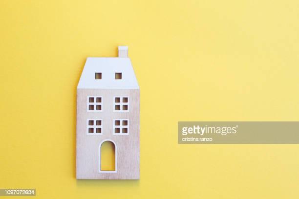 yellow home - casa fotografías e imágenes de stock