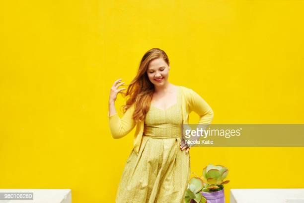 gelb ist die farbe des glücks - curvy woman stock-fotos und bilder