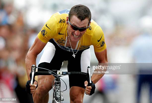Yellow jersey leader Lance Armstrong powers on during the 2004 Tour de France stage 16 mountain time trial from Bourg d'Oisans to L'Alpe d'Huez...