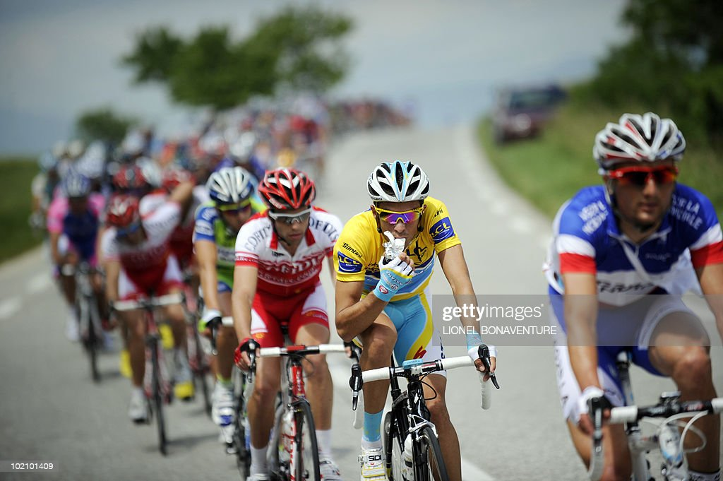 Yellow jersey of overall leader, Alberto : News Photo