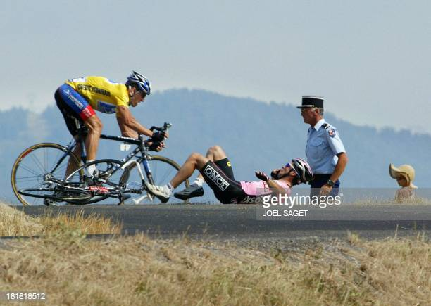 yellow jersey US Lance Armstrong avoids Spaniard Joseba Beloki who fell down at the end of the ninth stage of the 90th Tour de France cycling race...