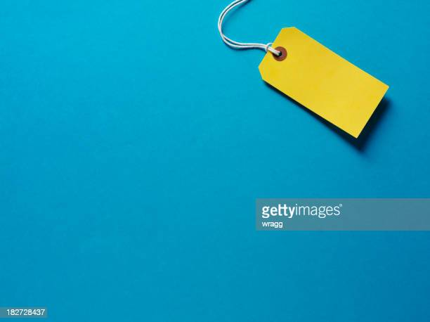 yellow label on a blue background - consumentisme stockfoto's en -beelden