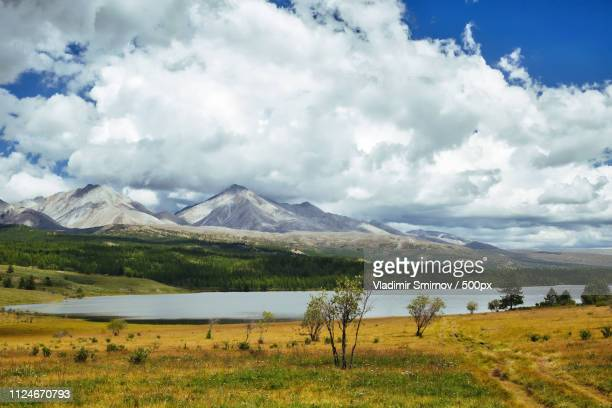 yellow lake and munku-sardyk - posbank ストックフォトと画像