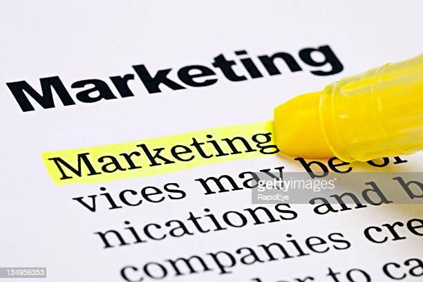 Marcador amarelo realça'Marketing'Um documento impresso