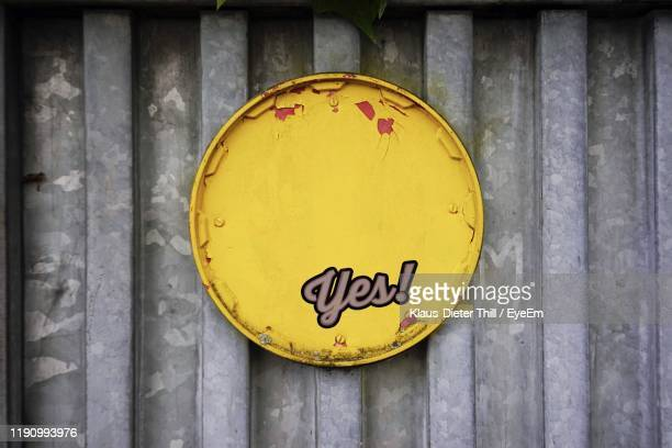 yellow metal with yes text on wall - klaus-dieter thill stock-fotos und bilder