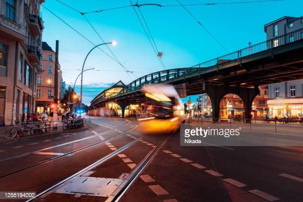 ベルリン、ドイツの黄色の通過トラム - プレンツラウアーベルグ ストックフォトと画像