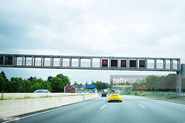 Gelbe Porsche 911 auf dem highway A40