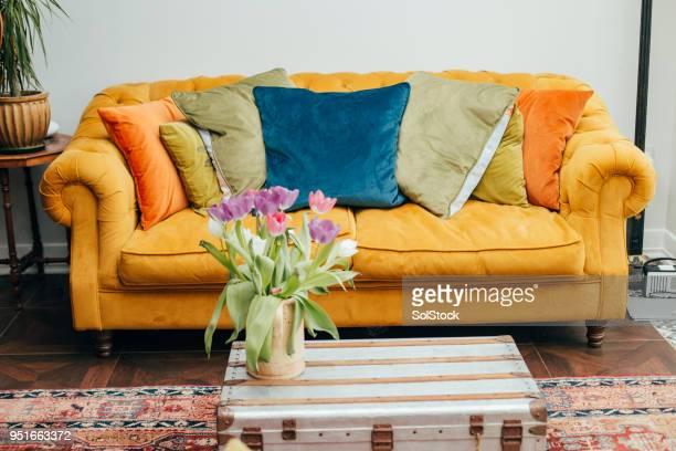 sofa amarillo - cojín fotografías e imágenes de stock