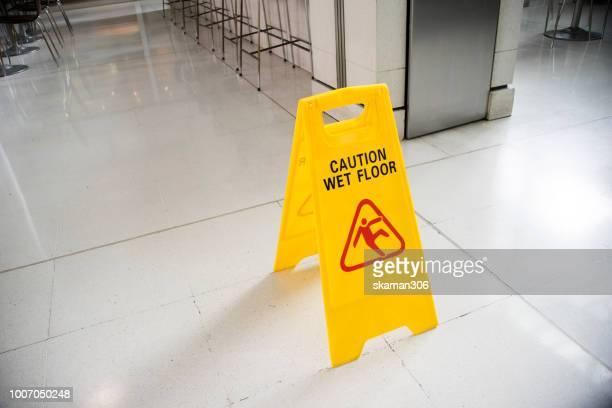 yellow sign wer floor on the ground - perigo - fotografias e filmes do acervo
