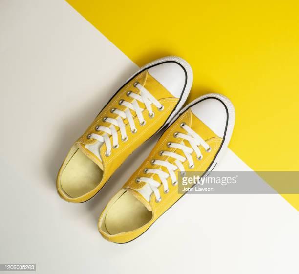 yellow sneakers - paire de baskets photos et images de collection