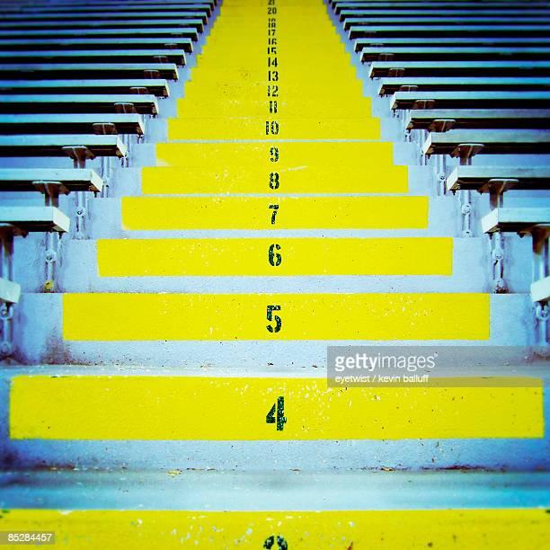 yellow stadium steps - green bay wisconsin - fotografias e filmes do acervo