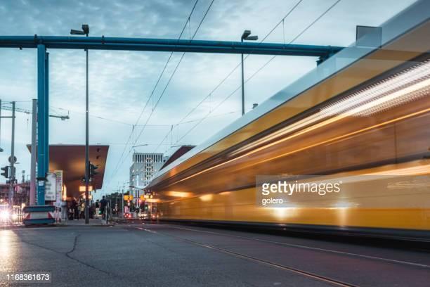 gelbes straßenauto fährt in bahnhof ein - öffentliches verkehrsmittel stock-fotos und bilder
