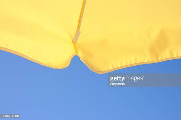 Gelbe Sommer Strand Sonnenschirm vor blauem Himmel