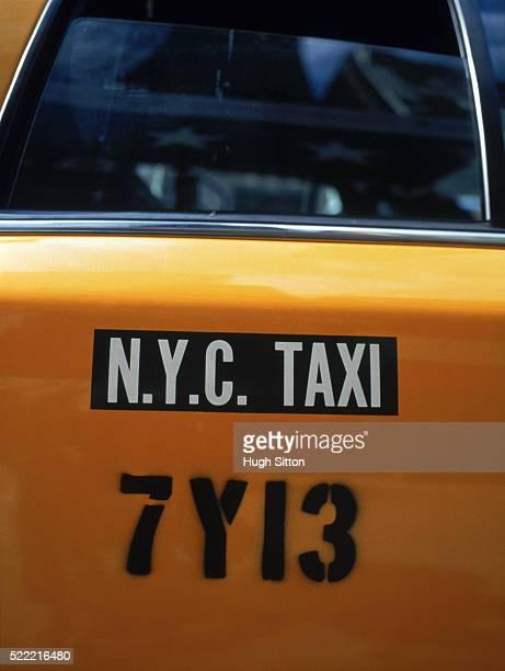 yellow taxi cab door sign, new york city, new york state, usa - hugh sitton fotografías e imágenes de stock
