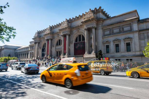 yellow taxi cabs in front of the metropolitan museum - metropolitan museum of art new york city stock pictures, royalty-free photos & images
