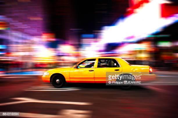 yellow taxi motion blur at night in new york - movendo um veículo - fotografias e filmes do acervo