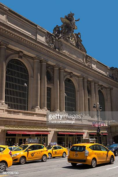 yellow taxis infront of grand central station - grand central station manhattan - fotografias e filmes do acervo