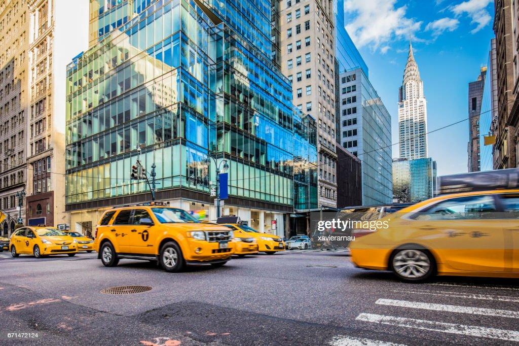 Táxis amarelos na movimentada rua em Nova York : Foto de stock