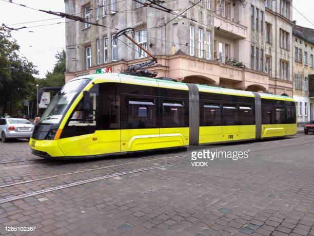 ウクライナのリヴィウにある黄色い路面電車。 - リヴィウ ストックフォトと画像