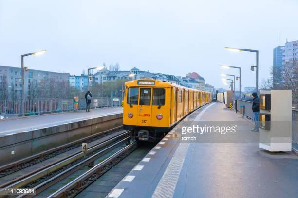 ein gelber u-bahn-wagen am bahnsteig in berlin - u bahnsteig stock-fotos und bilder