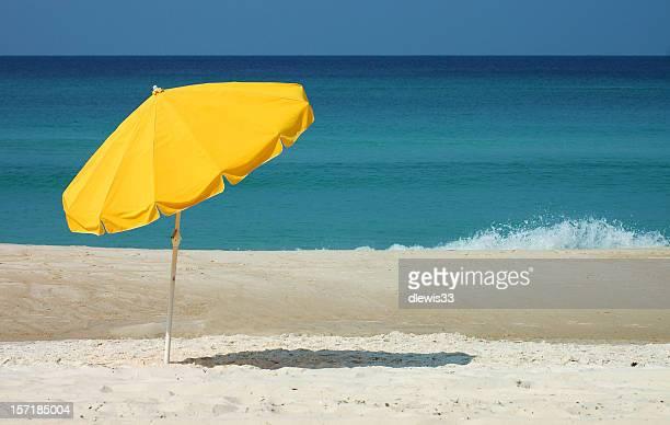 de parasols jaunes et bleu de l'océan - parasol de plage photos et images de collection