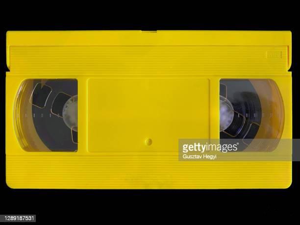 yellow vhs videocassette - presentación de la película fotografías e imágenes de stock
