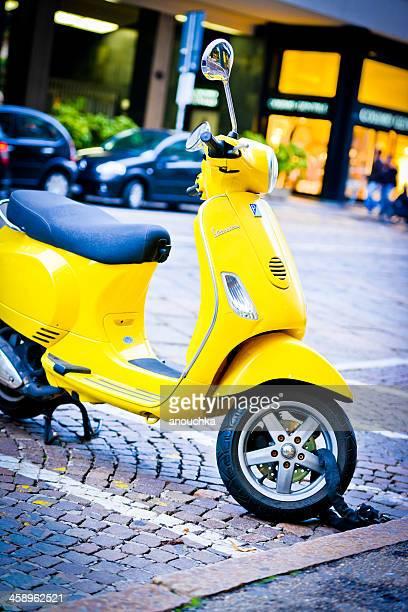 gelbe vintage vespa geparkt auf mailand street - vespa stock-fotos und bilder