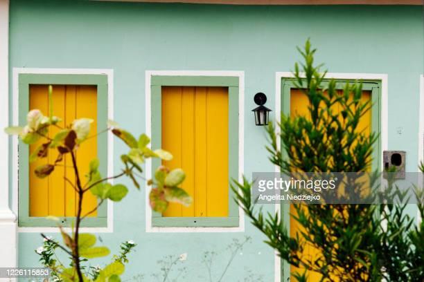 yellow windows, historic city of igatu - parco nazionale di chapada diamantina foto e immagini stock