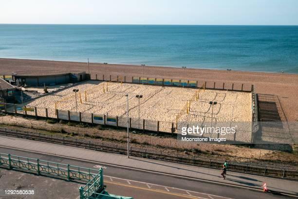 yellowave beach idrottsplats i east sussex, england - strandvolleyboll bildbanksfoton och bilder