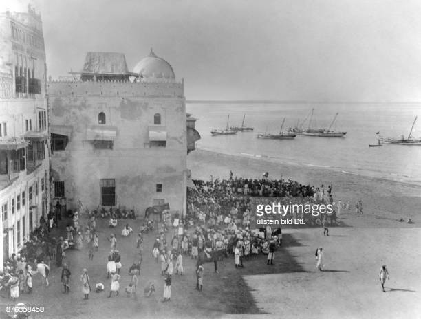 Yemen people gathering in the port of Al Hudaydah Vintage property of Ullstein Bild