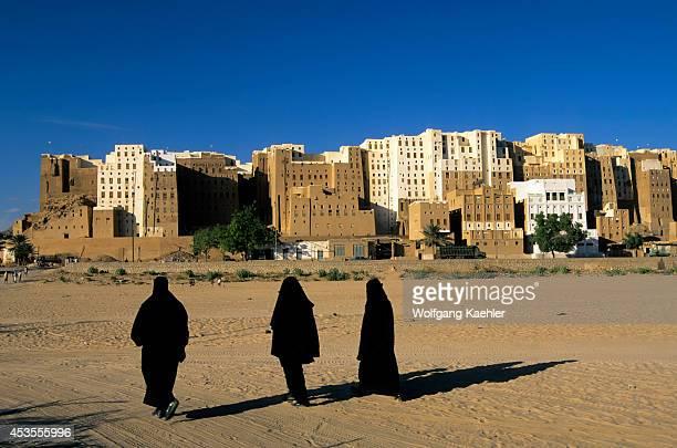 Yemen Wadi Hadramawt View Of Shibam Veiled Women 'manhattan Of The Desert'