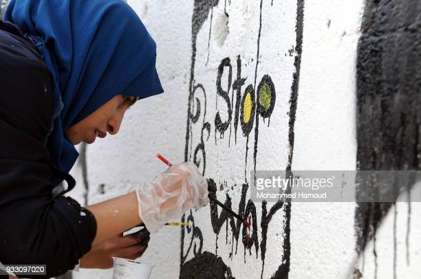 Yemeni artist draws graffiti during an Open Day of graffiti campaign call for peace on March 15, 2018 in Sana'a, Yemen.