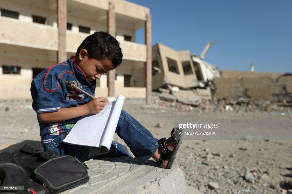TOPSHOT-YEMEN-CONFLICT-CHILDREN-EDUCATION-SCHOOL : News Photo