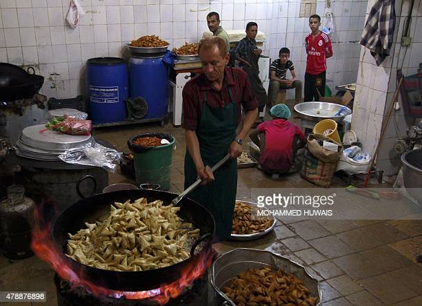 A Yemeni chef fries 'sambusa' or samosa during the Muslim holy fasting month of Ramadan in the capital Sanaa on June 28 2015 AFP PHOTO / MOHAMMED...