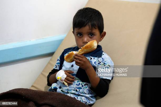 A Yemeni child suspected of being infected with cholera receives treatment at a hospital in Sanaa on May 15 2017 / AFP PHOTO / Mohammed HUWAIS