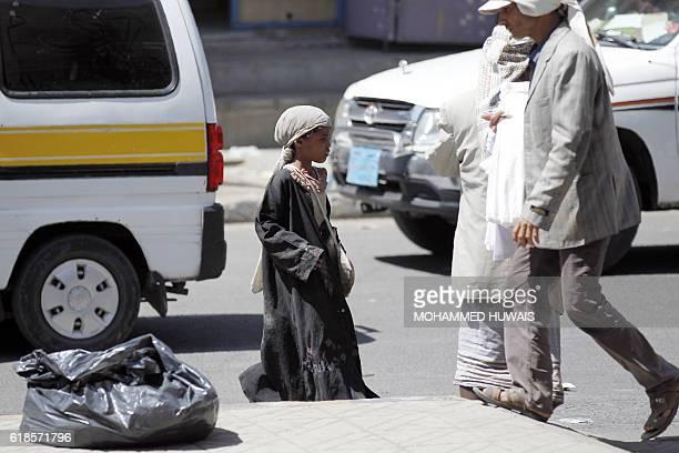 Yemeni children beg for money on a street on October 27, 2016 in the Yemeni capital Sanaa. / AFP / MOHAMMED HUWAIS