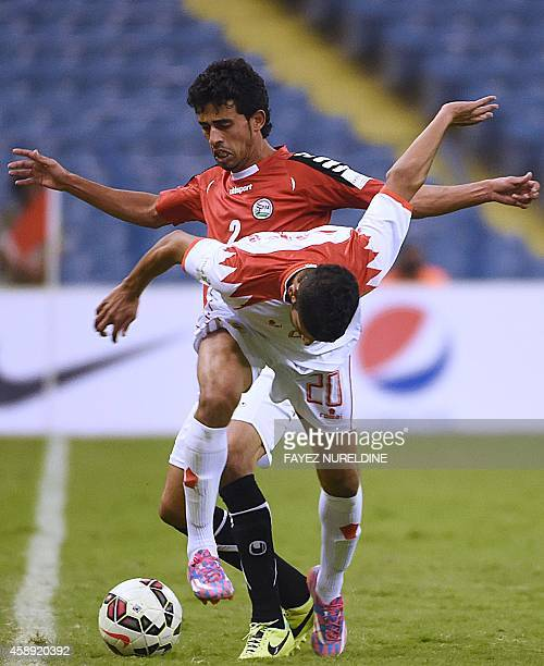 Yemeni footballer Motaz Qaid and Bahrain's Abdulwahab Alsafi fight for the ball during the 22nd Gulf Cup football match at King Fahad stadium in...