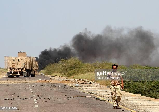 Yemeni loyalist forces patrol a highway near the Red Sea port town of Mocha on January 20 2017 / AFP / SALEH ALOBEIDI