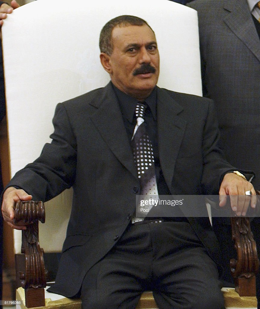 Yemeni President Ali Abdullah Saleh meets with Pope John Paul II : News Photo