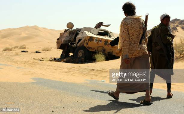 Yemeni tribesmen from the Popular Resistance Committees loyal to the Saudibacked president hold a position during clashes with Shiite Huthi rebels...