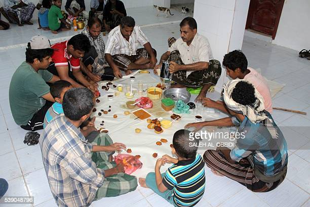 Yemenis share a diner as they break the fast during the Muslim holy month of Ramadan on June 9 2016 at a mosque in the southern city of Aden / AFP /...