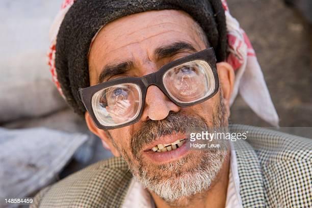 yemenite man with thick glasses. - dicht stock-fotos und bilder