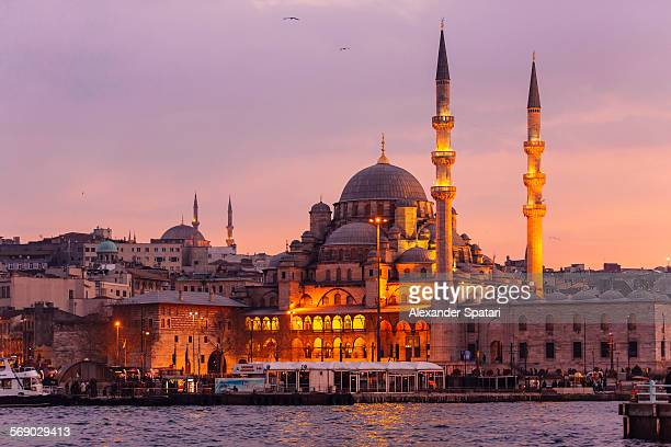 yeni cami (new mosque) in istanbul, turkey - istanbul photos et images de collection