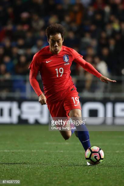 Yeom KiHun of South Korea in action during the international friendly match between South Korea and Serbia at Ulsan World Cup Stadium on November 14...