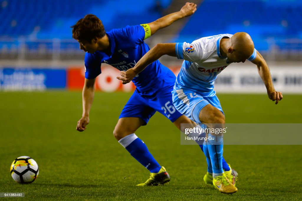 Yeom Ki-Hun of Suwon Samsung Bluewings and Adrian Mierzejewski of Sydney FC compete for the ball during the AFC Champions League Group H match between Suwon Samsung Bluewings and Sydney FC at Suwon World Cup Stadium on April 3, 2018 in Suwon, South Korea.